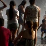 Fredag søgte mange mod fontænen i Madrid Rio Park i den spanske hovedstad på jagt efter en svalende adspredelse under den nuværende hedebølge. Andre steder i landet havde tre landsmænd allerede måttet lade livet på grund af solstik.
