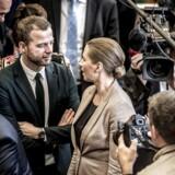 Socialdemokratiets formand, Mette Frederiksen, hilser på den radikale leder, Morten Østergaard. Østergaard gør det nu klart, at han betinger sig en politisk aftale med Mette Frederiksen, såfremt han skal gøre hende til statsminister efter næste folketingsvalg.