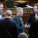 Alternativets leder, Uffe Elbæk, vil gerne være statsminister. Men kan det ikke lade sig gøre, opfordrer han S, V og DF til at danne en regering, når de alligevel ifølge ham er så enige på en række områder.