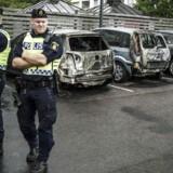 Afbrænding af omkring 100 biler i løbet af en aften i det sydvestlige Sverige har givet det største svenske borgerlige parti, Moderaterna, mulighed for at fremhæve sine valgløfter om uddannelse af flere betjente og strengere straffe for bandekriminalitet.