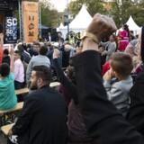 Sverigedemokraternas gruppeformand i den svenske riksdag, Mattias Karlsson, mødte frem for at tale til indvandrere i Malmøs Rosengård. Det blev et billede på den splittende og skarpkantede valgkamp, som svenskerne oplever i øjeblikket.