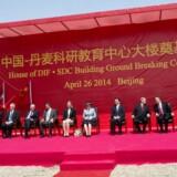 Dronning Margrethe deltager sammen med den danske uddannelses- og forskningsminister i grundstensceremoni ved Sino-Danish University Center i 2014.