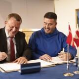 Danmark skyder 700 mio. kr. i to nye grønlandske lufthavne. Statsminister Lars Løkke Rasmussen og Kim Kielsen, formand for det grønlandske landsstyre, skriver under på aftalen, som allerede har fået et parti til at forlade den grønlandske regeringskoalition i protest.