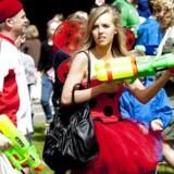 ARKIVFOTO: Normalt er sidste skoledag forbundet med fest og farver og lidt uskyldigt vandsprøjt som på billedet her. Men på nogle skoler afholdes awardshow med kåringer af lærere i sexkategorier. Det sker med lærernes accept. Skolelederforeningen er rystet.