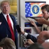 Præsident Donald Trump taler med journalister i præsidentflyet Air Force One fredag d. 7. september 2018.