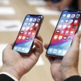 Apple lancerede onsdag den 12. september tre nye iPhone-modeller, som blandt andet skal erstatte iPhone X, der udgår helt. Her holder en mand iPhone XS og iPhone XS Max til en fremvisning efter Keynote arrangementet i Cupertino, Californien.