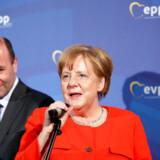 Manfred Weber (CSU) sammen med Angela Merkel. Lederen af den konservative gruppe tippes gode chancer for at blive kandidat til EU-Kommissionsformandsposten.