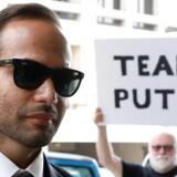 En demonstrant holdet et banner med teksten Team Putin op, da George Papadopoulos ankommer til sin strafudmåling i Washington, D.C. Yuri Gripas/Reuters