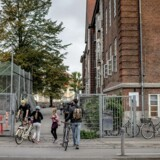 Berlingske tog til Christianshavns Skole for at spørge elevernes forældre om, hvad de mener om de sidste skoledagsvideoer, hvor børn helt ned til 4. klasse nomineres i kategorien: »Gid du var ældre«.