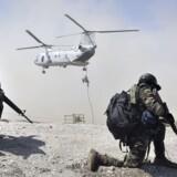 Østtimor har siden 2002 været løsrevet fra Indonesien, men kæmper stadig med fundamentale rettigheder som ytringsfrihed. Her ses to østtimorianske soldater tage stilling, mens en amerikansk soldat rappeller fra en militærhelikopter under en uges fælles USA-Østtimor-militærøvelse i Dili den 16. oktober 2012.
