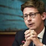 Skatteminister Karsten Lauritzen (V) vil »jagte svindlerne«, der fik refunderet penge fra SKAT mellem 2012 og 2015 og har derfor anlagt en række søgsmål mod private fonde i USA.