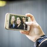 Ja, mobiltelefonerne og de sociale medier fylder meget, forklarer Francesca Hammershøj Mugnaini (tv) Sofie Nymand Bøttger (midten) og Cecilie Monde Sparkov (th). De går alle i 2. g på Lyngby Gymnasium.