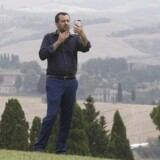 Matteo Salvini »på optagelse« under sit besøg på en ejendom konfiskeret fra mafiaen i begyndelsen af juli. Sofistikeret brug af de sociale medier er en del af forklaringen på den italienske indenrigsministers gennemslagskraft i den hjemlige såvel som den europæiske debat om migrationspolitikken.