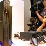 Pressen stod i kø, da Sony i september 1999 fremviste sin nye spillekonsol, Playstation 2, som også kunne afspille DVD-skiver. Den kom i handelen i marts 2000 og kostede dengang 360 dollar (i dag 2.300 kroner). Arkivfoto: Yoshikazu Tsuno, AFP/Scanpix