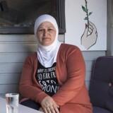 »Jeg vågner hver time og er bange for, at der er sket ham noget,« siger Awatef Zakarid, der er flygtet til Danmark fra Syrien og nu venter på at få sin mand hertil.