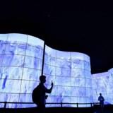 Den sydkoreanske elektronikgigant LG har været bannerfører på at få OLED-fladskærme sat i storproduktion, så priserne kan komme ned - og det giver pote. På Europas største messe for forbrugerelektronik, IFA, i Berlin demonstrerer LG i sin legendariske TV-tunnel ind til udstillingsområdet, hvor overbevisende OLED-skærme gengiver detaljer i billederne. Foto: Tobias Schwarz, AFP/Scanpix