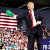 USAs præsident, Donald Trump, kaster en kasket ud til tilhængerne i forbindelse med en tale, han holdt i Evansville, Indiana, torsdag. Talen var en del af hans Make America Great Again-kampagne. Foto: REUTERS/Kevin Lamarque