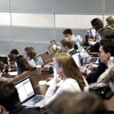 Ved nogle computere i undervisningslokalet placeres et kreditkort i tastaturet, når undervisningen starter, og så er den studerende ellers klar til at gå på net-shopping undervejs i undervisningen.