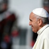 Pave Frans landede lørdag formiddag i Irland. Det er det første pavebesøg i det katolske land siden 1979, hvor pave Johannes Paul talte til 1,5 million mennesker. Vatican Media/Reuters