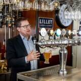 Carlsberg Danmarks nye direktør, Søren Brinck, er i gang med at få vendt udviklingen efter år med tilbagegang. Her er han gået bag baren på Sebastopol på Sankt Hans Torv i København.