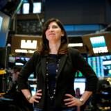 Stacey Cunningham, den første kvindelige topchef for New York-børsen NYSE, ses her på børsgulvet, hvor hun startede sin karriere for snart 25 år siden. »Jeg forelskede mig bare i børsgulvet. Så snart jeg trådte derind, tænkte jeg: Det her er dét, jeg vil,« har hun sagt. Billedet er fra hendes første dag som børschef 22. maj. Foto: Brendan McDermid/Reuters/Scanpix