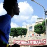 De 141 migranter, der onsdag i sidste uge ankom til Malta efter en aftale mellem en række lande om fordelingen af dem, blev mødt af et banner med påskriften »Stop menneskesmugling«.