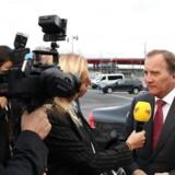 Sveriges siddende statsminister, Stefan Löfven (til højre), er bare en af de svenske politikere, der er gået i vælten efter afbrændingen af 90 biler. Spørgsmålet er, om bølgen af kriminalitet bliver en ny brik i det svenske valg.