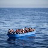 Migranter og flygtninge på Middelhavet kort inden de bliver reddet af Læger Uden Grænses skib Vos Prudence.