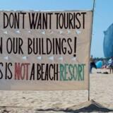 Voldsomme og aggressive beboerprotester mod turistlejligheder i La Barceloneta har vakt international opmærksomhed. Men Barcelonas gamle havnekvarter er blot et blandt mange, der lider under fænomenet i Europas mest attraktive storbyer.