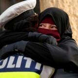 Ayah på 37 år bærer niqab og græder, idet hun krammer en betjent under demonstrationen mod loven om tildækningsforbud onsdag 1. august 2018 på Nørrebro.