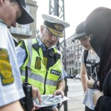 Mizgan, der ikke vil oplyse sit efternavn, aftaler demonstrationens forløb med to politibetjente, der hverken vil oplyse for- eller efternavn