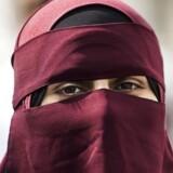 Burkaforbuddet træder i kraft. Sarah nægter at tage sin niqab af, vil hellere bure sig inde Berlingske talte med Sarah for nogle måneder siden. Hun føler sig marginaliseret, fordi hun går med niqab. 1. august træder tildækningsforbuddet i kraft, og Sarah er allerede begyndt at omlægge sit liv, så hun fremover får så lidt kontakt med omverden som muligt