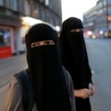 Fra onsdag straffes det i udgangspunktet med bøde at bære beklædning, der skærmer ansigtet i det offentlige rum. På fotoet ses Sabina, 21 år, og Alaa, 22 år, iklædt niqab, mens de krydser en gade på Nørrebro i København.