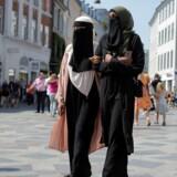 Anna-Bella (t.v.) og Amina, er medlemmer af gruppen Kvinder I Dialog og går her på Strøget i niqab.