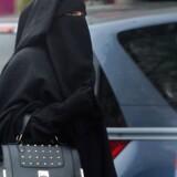 Frankrig var det første europæiske land, som indførte et forbud mod burka, niqab og andre former for religiøs fullface-hovedbeklædning. Men det har ikke fjernet de slørklædte kvinder fra gadebilledet som her i den nordfranske by Roubaix – snarere tværtimod.