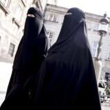 Arkivfoto. Det kommer til at koste en bøde på ca. 1.000 kr. for at bære en burka eller niqab efter på onsdag.
