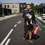 Først da Ali Aminali, der her ses med sin søn på armen, begyndte i gymnasiet, blev han mødt med fordomme pga. sin hudfarve.