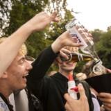 Gymnasierne er med til at iscenesætte et festmiljø, hvor drukkulturen blandt unge er ekstrem, som her i Dyrehaven ved Eremitageslottet i Nordsjælland, hvor elever fra mange forskellige gymnasier i København mødes.
