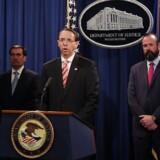 Vicejustitsminister Rod Rosenstein fremlægger de 12 sigtelser på en pressekonference.