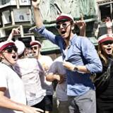 Studenter gør stop på deres vognture og fejrer årets studentereksamen i og ved Storkespringvandet i København.