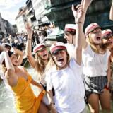 Studenter på vogntur fejrer årets studentereksamen i og ved Storkespringvandet i København fredag 29. juni 2018. Foto: Ritzau Scanpix/Philip Davali