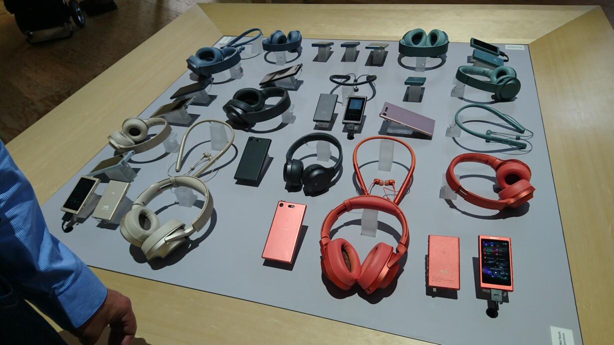 7a08665200a Sony sender sammen med sine nye Xperia XZ1-telefoner nye trådløse  hovedtelefoner samt ørepropper både med og uden ledning på markedet i  farver, ...