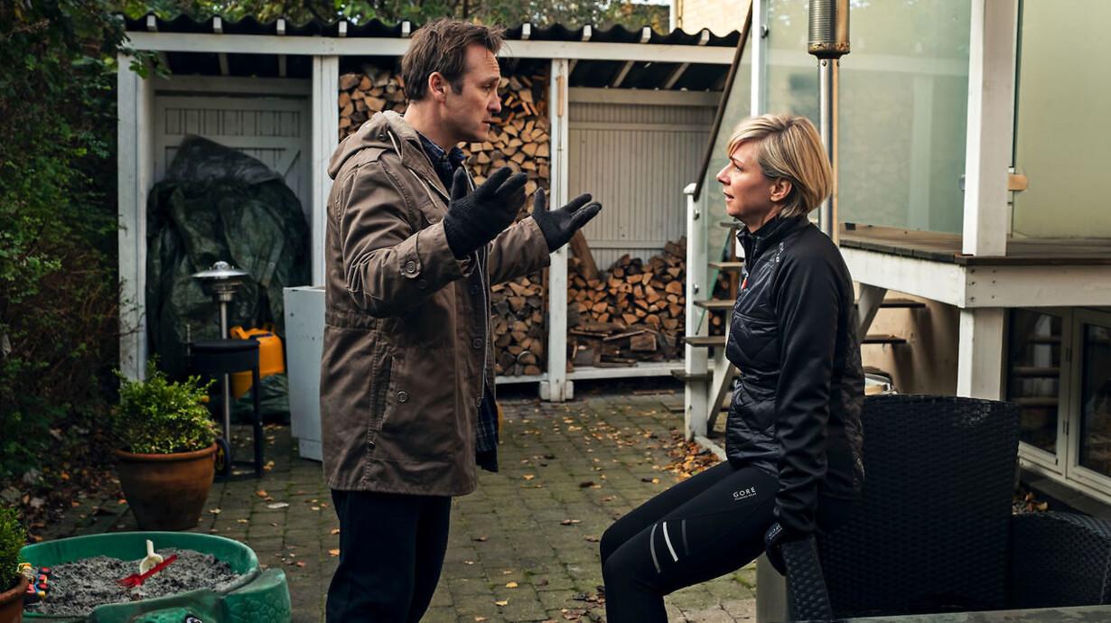 a4886700 Hverdagens trædemølle har overtaget Eriks og Ninas liv. Men måske er der en  udvej – et sidste kup. Lars Ranthe og Lene Maria Christensen er aldeles ...