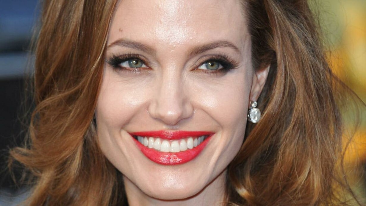 angelina jolie bryster
