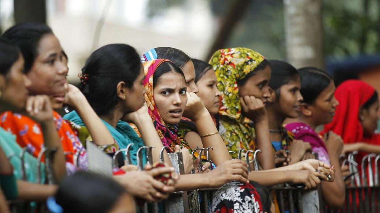 8f8bffb15c6 Danske virksomheder skal følge de internationale giganter som H&M og  Inditex, mener 3Fs mand i Bangladesh. Her ses syersker i hovedstaden Dhaka,  ...