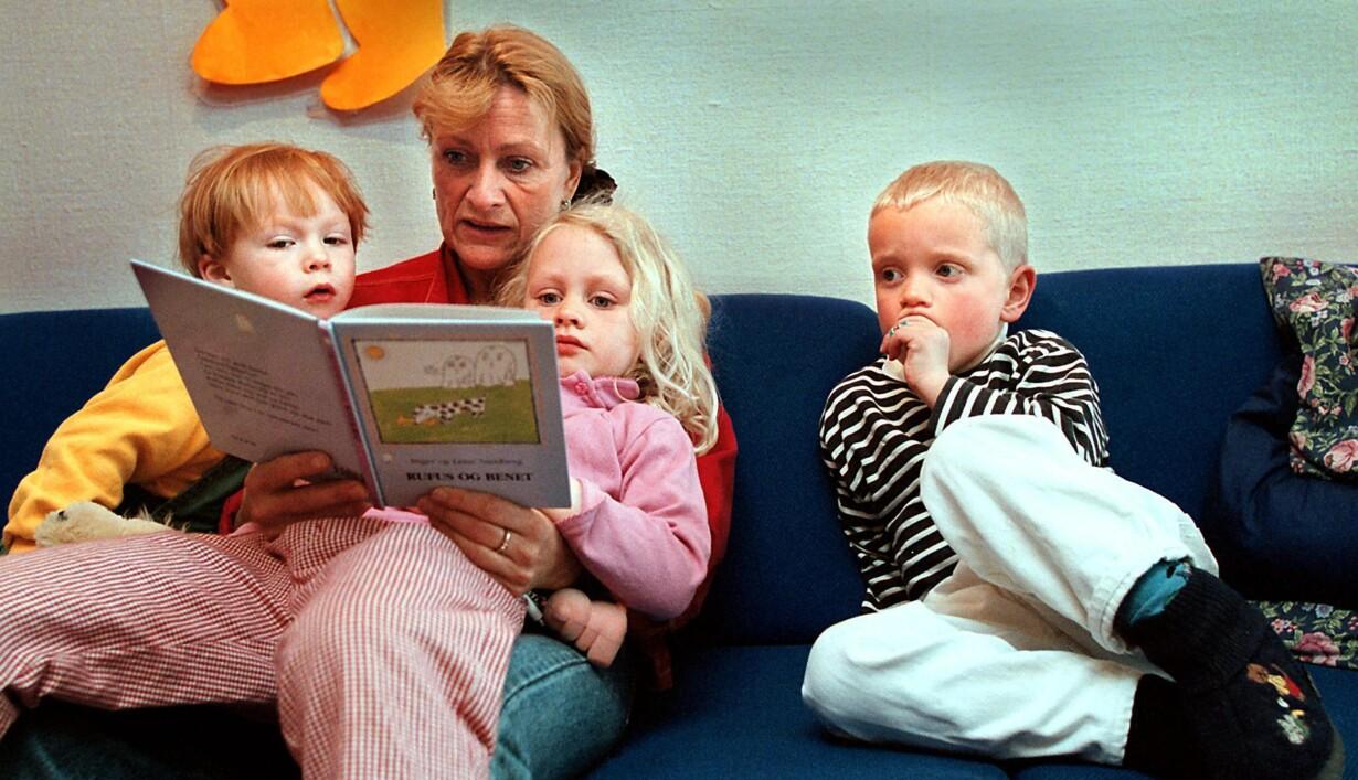 f99e92c56f8 Højtlæsning er en meget vigtig kilde til indlæring – og danske forældre er  blandt de flittigste til at læse op for deres børn. Husk bøger, blyanter og  iPad, ...