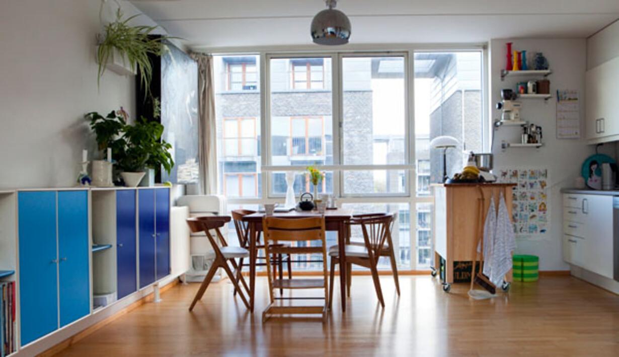 1a1524909c2 For at få mere bordplads er køkkenet er suppleret med et rullebord fra  Ikea. Montanareolen er købt brugt, ligesom teaktræsstolene, som har fået nyt  betræk.