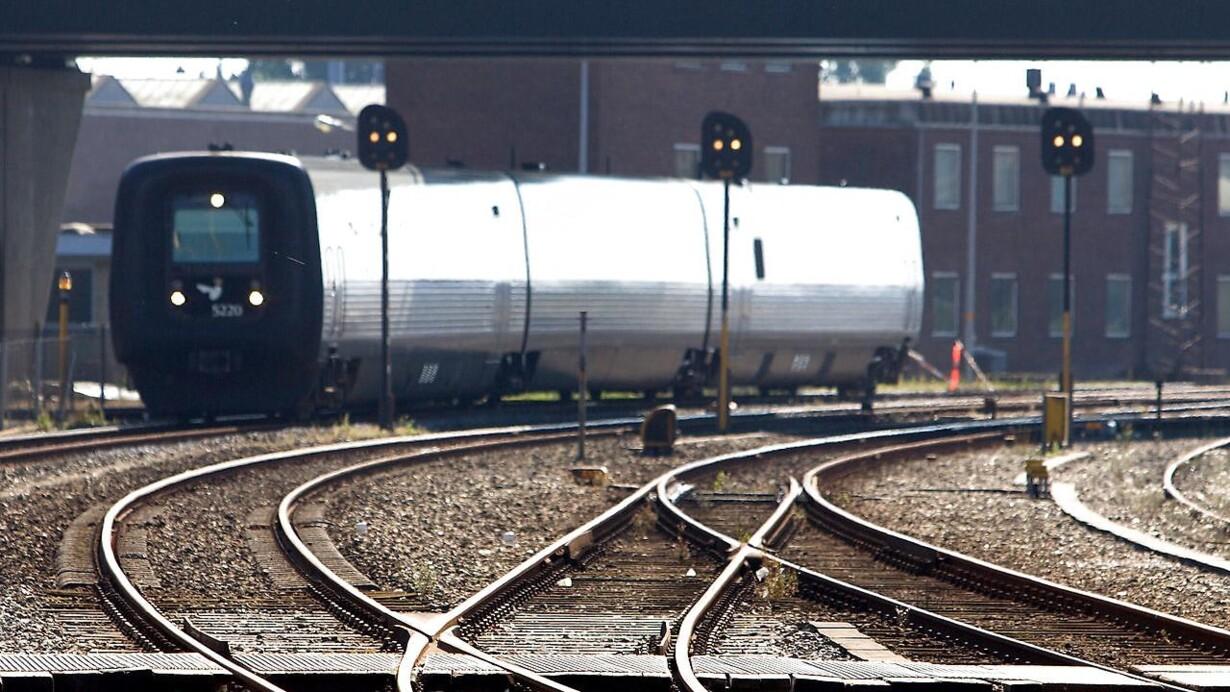 b499fd348 Tog kører ind i parkeret bil på Svendborgbanen