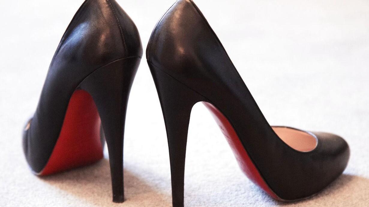 bd280746e00 Hvilken sko-fetichist af en kvindelig politiker har disse 12 cm-høje  Louboutin-sko stående på kontoret?