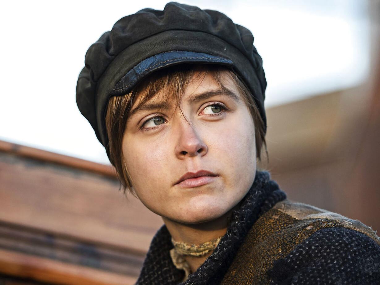 Hovedpersonen, den 15-årge Marie (spillet af Anine-Petrea Lindvig) klipper håret kort, kalder sig Martin og får hyre på fragtskibet »Håbet«. Foto: Henrik Petit